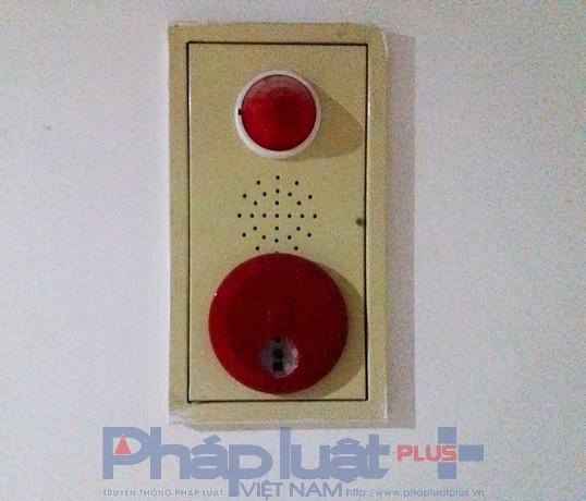 Các đèn và chuông báo cháy được lắp đặt nhưng không rõ có hoạt động hay không.
