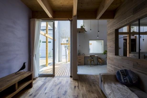 Không gian phòng khách được thiết kế thoáng đãng. Từ đây khách và gia chủ vừa có thể trò chuyện vừa có thể ngắm đồi cỏ xanh ngay ngay trong sân nhà mình.