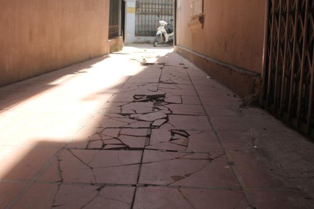 Sự sụt lún của nhà 177 khiến cho con ngõ bên cạnh có hiện tượng nứt, gạch lát bị đội lên