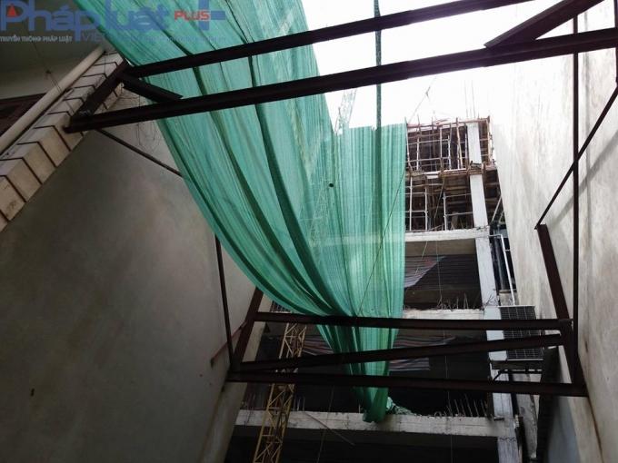 Bên trong là một công trình đang được triển khai xây dựng.