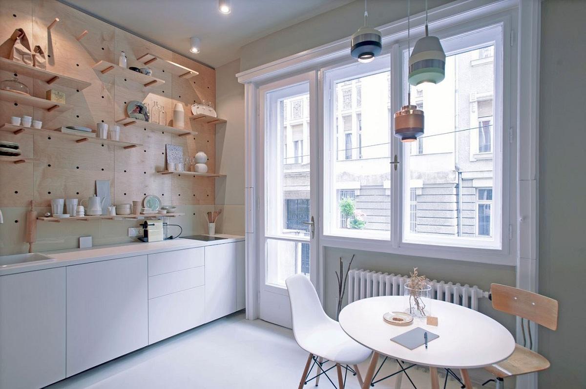Những khung cửa kính là nguồn cung cấp ánh sáng tự nhiên duy nhất cho căn phòng được tính toán kết sức tài tình, vừa đủ dùng cho nhà bếp, vừa đủ để không ảnh hưởng đến góc nghỉ ngơi.