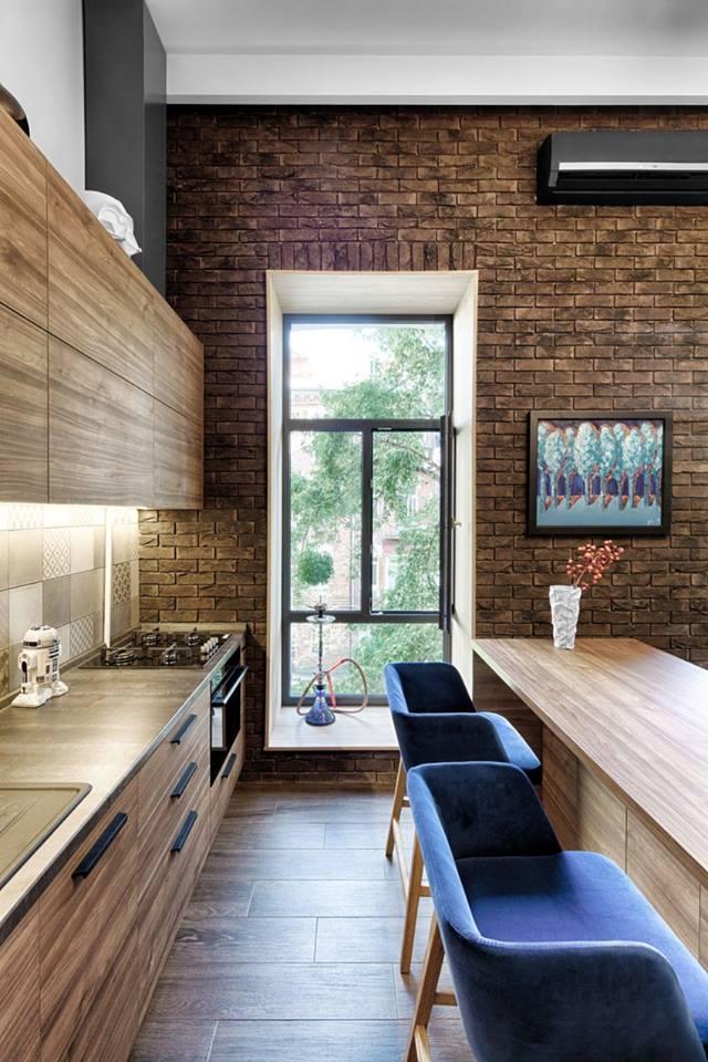 Góc bếp vô cùng gọn gàng với hai hệ tủ gỗ trên và dưới thỏa mãn nhu cầu trữ đồ cho chủ nhân. Điểm nhấn đặc biệt của ngôi nhà này còn ở chỗ tất cả các vật dụng trong bếp từ bếp nấu, mặt bàn bếp, vòi nước, chậu rửa …đều cùng một tông màu chung với màu nội thất của cả ngôi nhà.