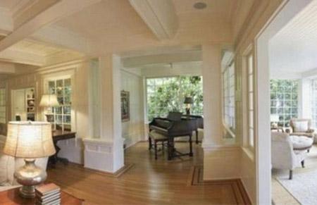 Phòng khách vô cùng thoáng rộng với chiếc piano đặt giữa phòng.