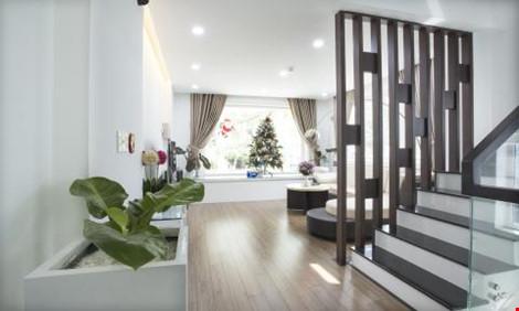 Cầu thang tại tầng lửng được thiết kế ở vị trí lõi giữa trung tâm ngôi nhà, bảo đảm công năng tốt nhất cho không gian những tầng trên.