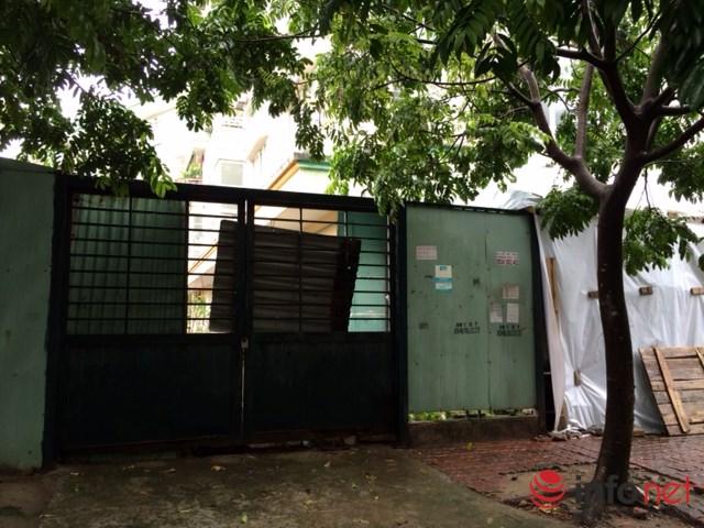 Cổng sau của tòa nhà lẽ ra phải để lưu thông nhưng lại được chủ đầu tư khóa chặt. Ảnh: Minh Thư