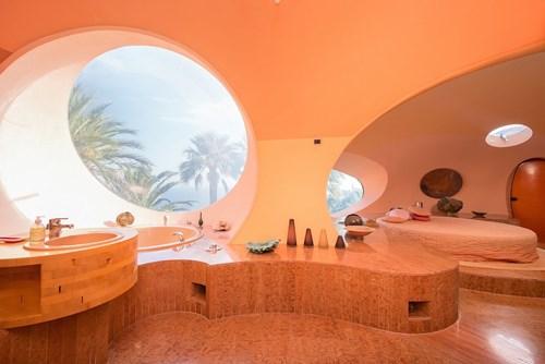 Phòng tắm của căn nhà cũng không nằm ngoài ý tưởng bong bóng bao trùm toà nhà. Rất khó có thể nhìn thấy cấu trúc đường thẳng trong ngôi nhà này