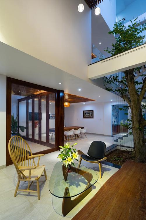 """Điểm nổi bật và mang đến không gian xanh lý tưởng cho căn phòng này đó là hai """"mảnh vườn"""" nhỏ hai bên tạo khoảng xanh tuyệt vời cho phòng khách."""
