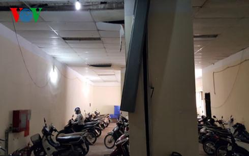 Theo người dân nhà A1 Đền Lừ, khối nhà thương mại bị nghiêng kéo theo một số cột, hộp kỹ thuật của tòa nhà có xu hướng nghiêng theo.