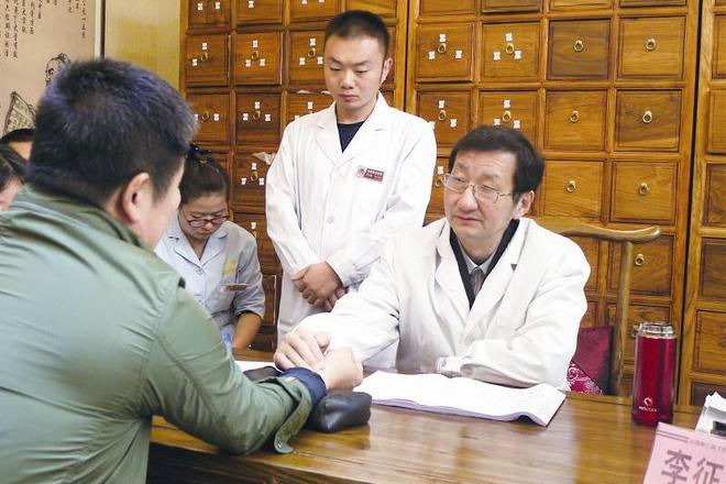 Bác sĩ Lý Chinh Vũ, Phó Giám đốc phụ trách khoa Đông y, BV Nhạc Dương, Thượng Hải (TQ)