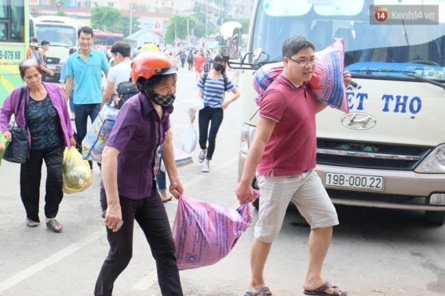 Người dân lỉnh kỉnh đồ đạc, tay xách nách mang đủ thứ trở về Thủ đô sau kỳ nghỉ lễ. Ảnh: Định Nguyễn