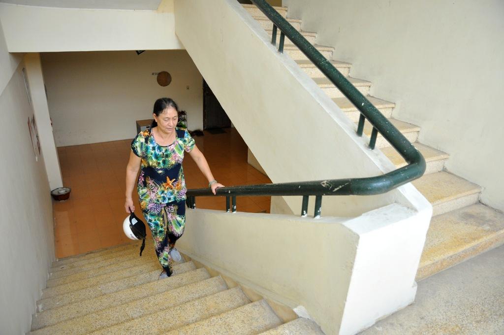 Bà Xuân bước những bước nặng nhọc trở về sau khi đưa cháu tới trường