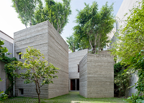 Với diện tích 350m2, khu nhà được chia làm 5 lăng trụ có thể trồng được cây xanh trên mái. Ngôi nhà đặc biệt này đã giải quyết vấn đề ô nhiễm môi trường đô thị và tình trạng quá ít cây xanh tại các thành phố lớn chật chội như Hà Nội, Sài Gòn.
