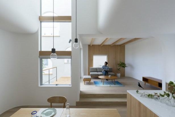 Tất cả nội thất trong nhà đều được làm bằng gỗ cùng tông màu với sàn nhà.
