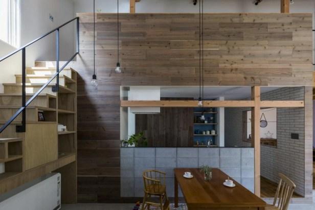 Khu vực bếp ăn được bố trí thuận tiện nằm ngay cạnh cầu thang dẫn lên gác.