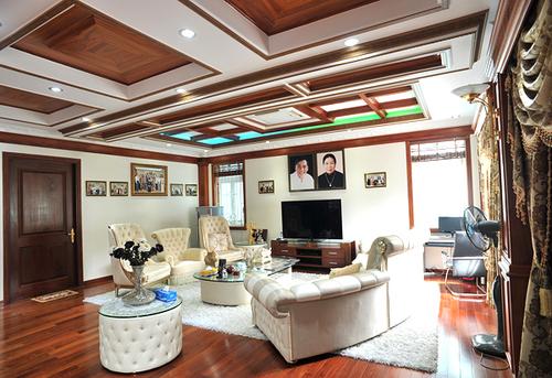 Phòng thư giãn của gia đình nổi bât vợi bộ salon màu kem. Trong phòng này được Trang Nhung treo rất nhiều bức ảnh gia đình.