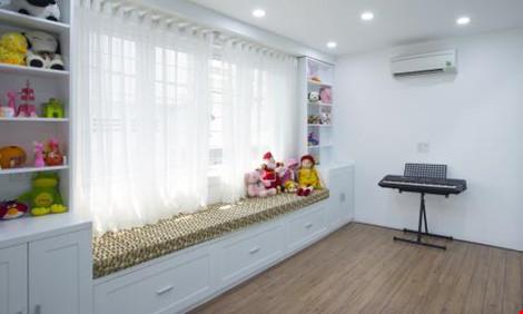 Khu vực phòng vui chơi dành cho con cái, nơi đây cũng là Không gian đón thầy cô đến nhà dạy kèm cho bé. Phía trước là phòng khách. Như vậy khách hay người lạ đến nhà không đi sâu hơn vào không gian mang tính riêng tư của gia đình.