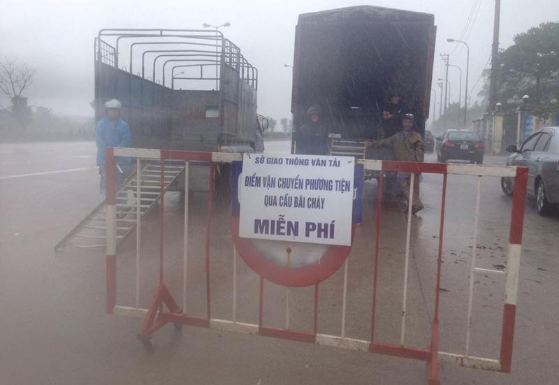 Mưa rất to, Quảng Ninh ra lệnh cấm xe máy và các phương tiện thô sơ qua cầu Bãi Cháy. (Ảnh: Phạm Công)