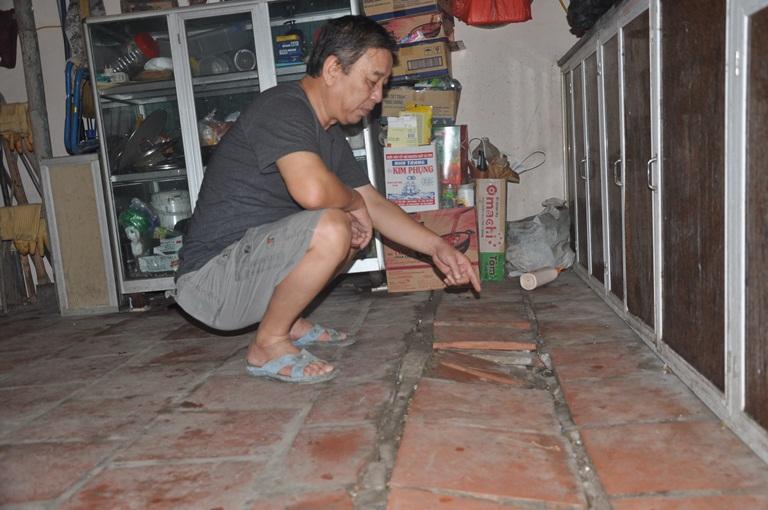 Phần bếp nhà ông Thắng bị lún nứt không thể sử dụng được