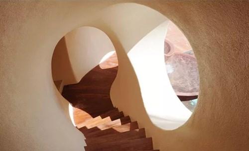 Cầu thang của căn nhà cũng được xếp khối tròn uốn éo lạ mắt