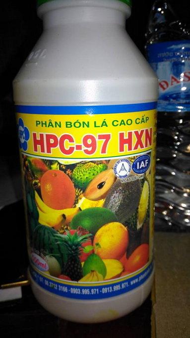 Phân bón lá HPC-97HXN dùng để nhúng sầu riêng - Ảnh: ANH KHOA