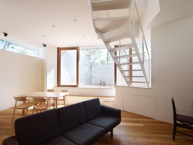 Bước vào bên trong ngôi nhà điều đầu tiên mà chúng ta có thể dễ dàng nhìn thấy đó là một không gian thoáng sạch và tràn ngập ánh sáng tự nhiên dù nền nhà thấp hơn rất nhiều so với khoảng sân trước nhà.
