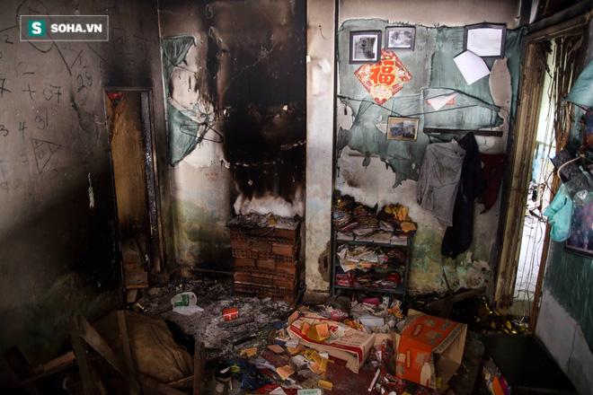 Bên trong một căn hộ bỏ hoang ngập ngụa rác thải, mùi hôi nồng nặc bốc lên.