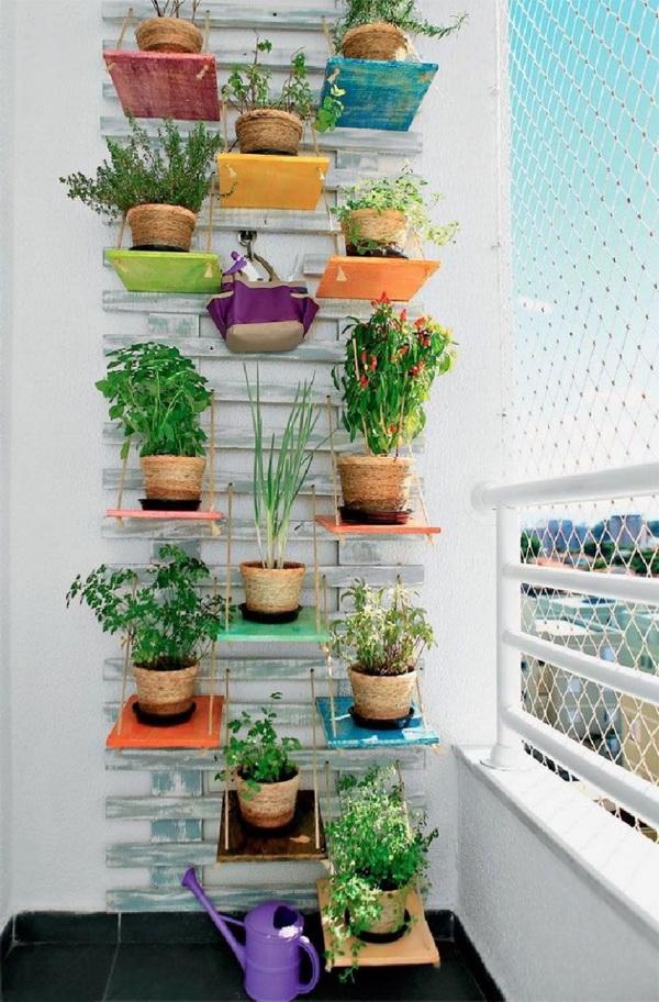 Sẽ thật là thú vị nếu ban công nhà bạn có một vườn rau thẳng đứng với đầy đủ các loại rau thơm vừa làm đẹp cảnh quan lại cung cấp rau sạch cho gia đình.