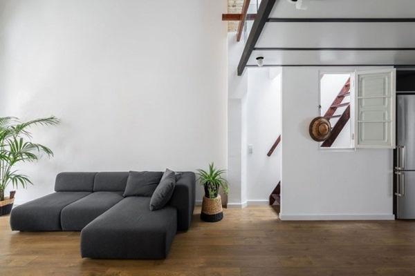 Sàn gỗ được thiết lập cho toàn bộ không gian sống để mang đến sự mát mẻ vào mùa hè và ấm áp vào mùa đông.