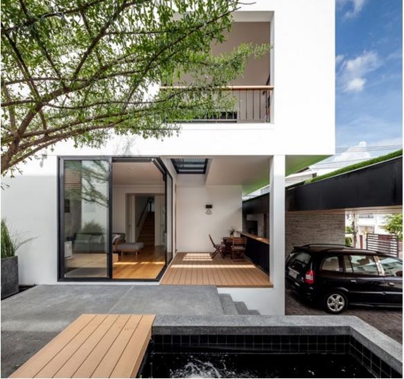 Bộ bàn trà nhỏ đặt trước hiên nhà là nơi gia chủ nghỉ ngơi, thư giãn và ngắm nhìn cảnh quan xung quanh.