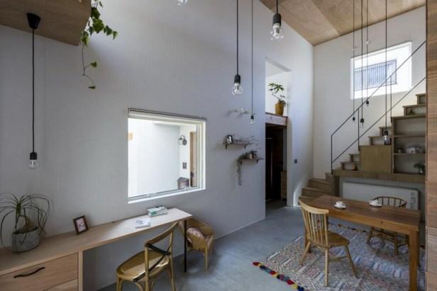 Những cửa sổ đơn giản được mở nơi góc bếp giúp không gian nơi đây không hề bị ám mùi khi nấu ăn mà còn mang ánh sáng thiên nhiên tràn ngập một góc nhà.