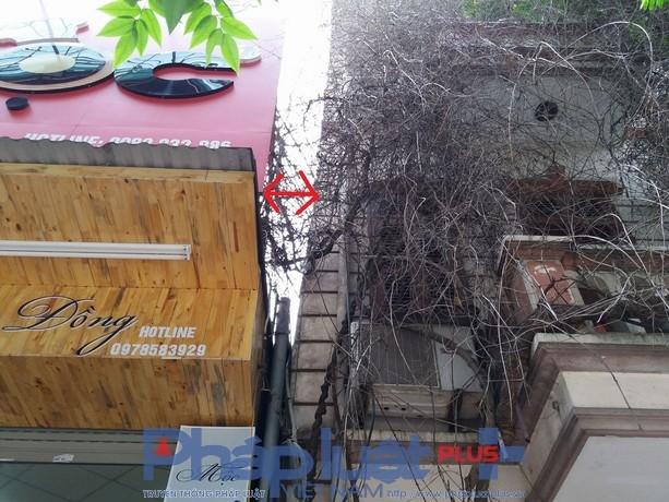 Ngôi nhà này đã nghiêng 50-60cm so với ngôi nhà liền kề.