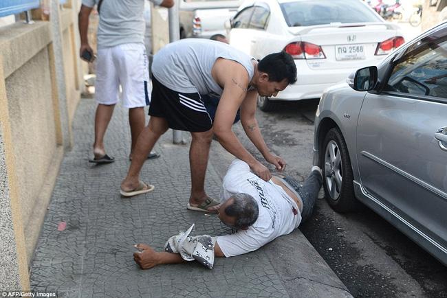 Nhiều người bị thương nằm la liệt trên đường.