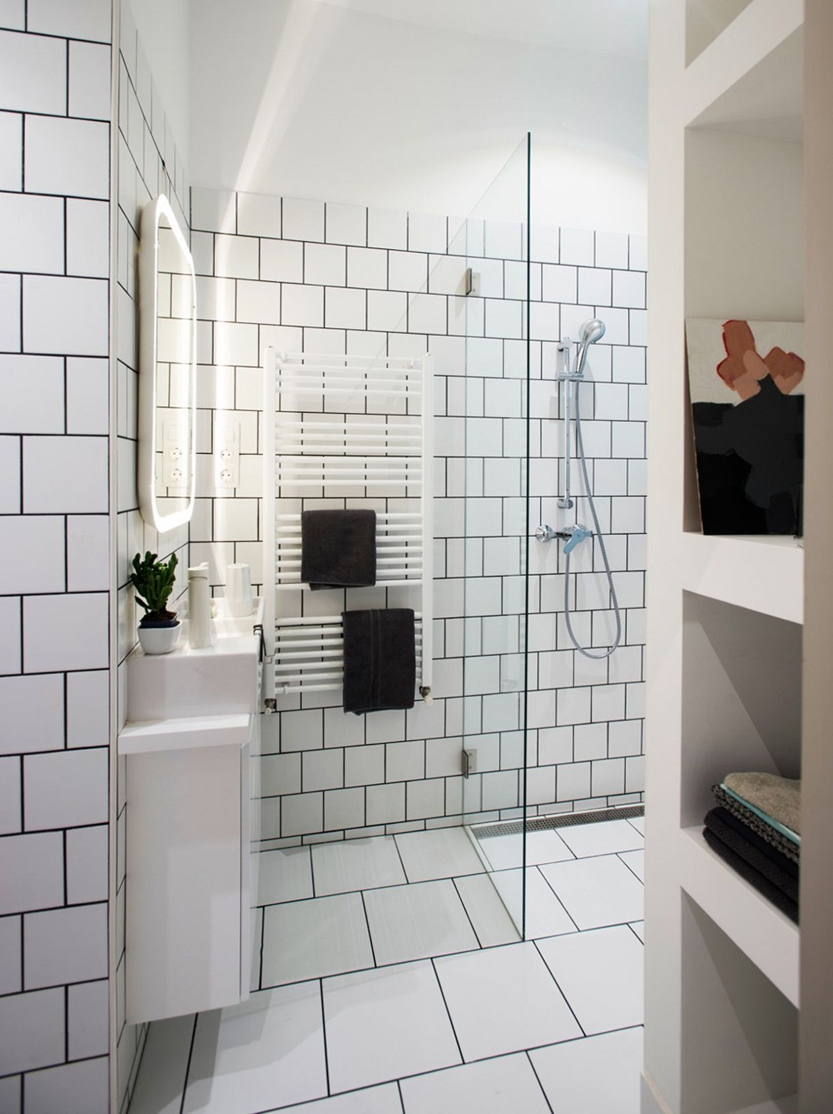 Gạch trắng được ốp hầu hết diện tích nhà tắm mang lại cảm giác sạch mát.