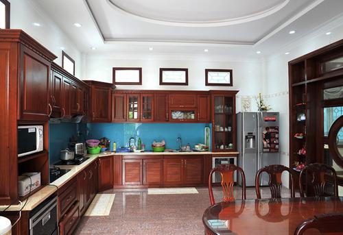 Căn bếp sáng sủa với hầu hết các đồ nội thất được làm bằng gỗ tạo cảm giác ấm cúng mà vô cùng sang trọng.