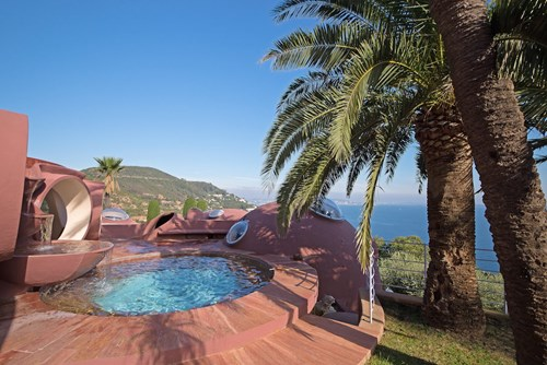 Bên ngoài ngôi nhà là khu vườn rộng tới 8.500m2, bao gồm bể bơi, hồ nước. Tất cả đều là hình tròn.