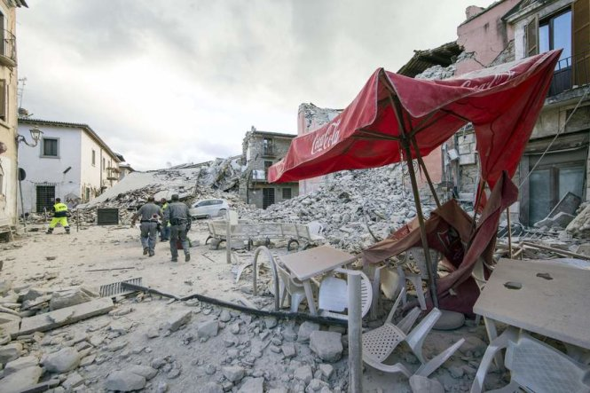 Một góc thị trấn Amatrice trước và sau động đất - Ảnh: GOOGLE/EPA