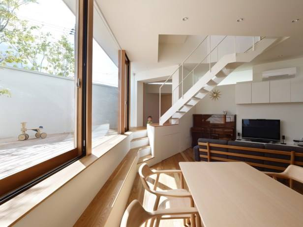 Nội thất bên trong căn nhà phần lớn làm từ gỗ với tông màu sáng khiến căn nhà nhỏ trở nên vô cùng thân thiện và ấm áp.