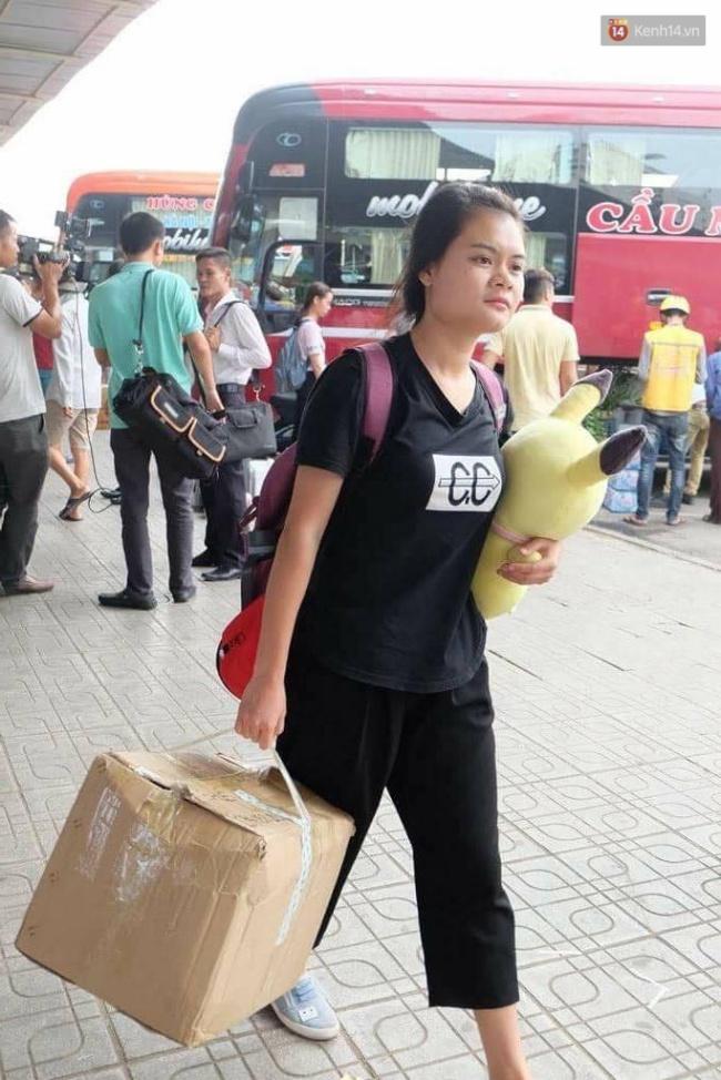 Một bạn trẻ mang theo đồ đạc và gấu bông trở lại thành phố sau kỳ nghỉ lễ. Ảnh: Định Nguyễn