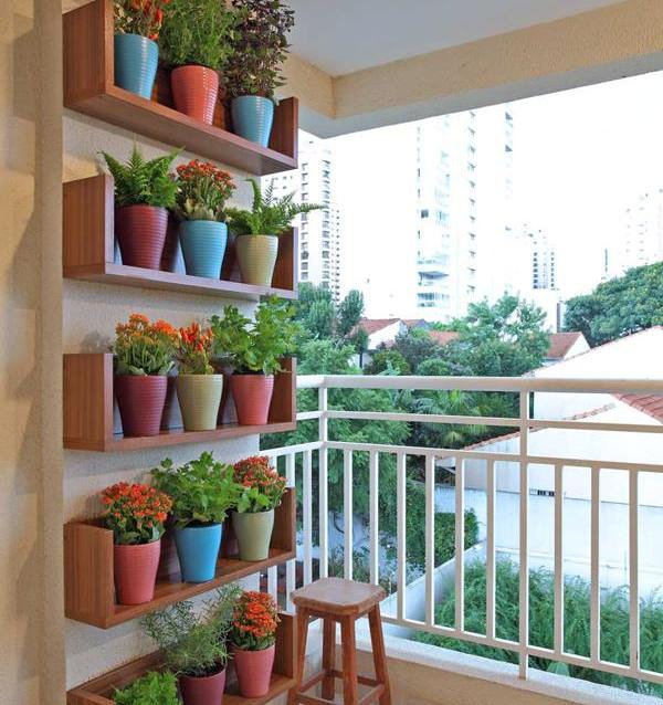 Với những ban công chật hẹp, bạn có thể đóng kệ và sử dụng những chậu hoa nhỏ nhiều màu sắc xếp thành hàng thế này.