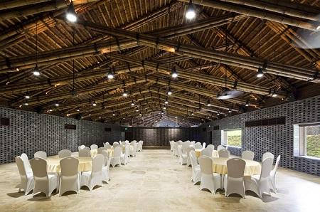 <br />Công trình Bamboo Dailai Complex gồm nhà hàng Bamboo Wing và nhà hội nghị Đại Lải nằm trong khu nghỉ mát tại Đại Lải (Vĩnh Phúc), cách thành phố Hà Nội 50 km.<br />
