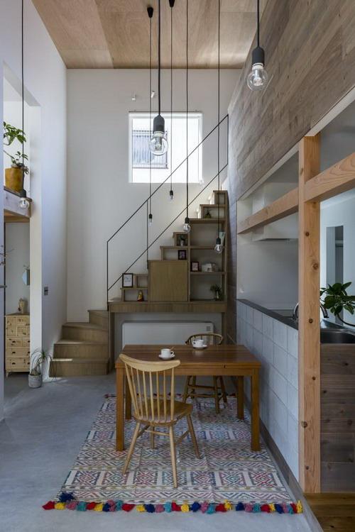Gầm cầu thang được tận dụng một cách tối đa với những kệ gỗ vừa có chức năng để đồ vừa làm góc trang trí bắt mắt.