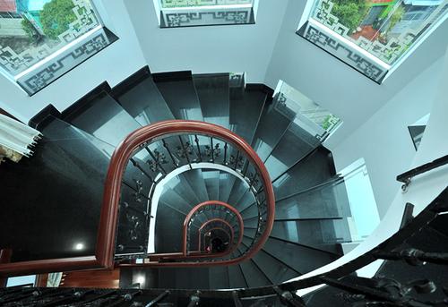 Cầu thang được thiết với lối đi rất rông và thoáng.