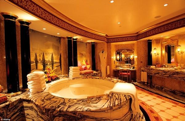 Phòng tắm dát vàng vô cùng sang trọng và lộng lẫy.