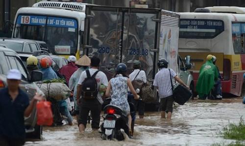 Theo ghi nhận của phóng viên, đoạn đường quốc lộ 6 trước bến xe Yên Nghĩa (Hà Đông) bị ùn tắc kéo dài từ 8h hôm nay do trời mưa, đường ngập.