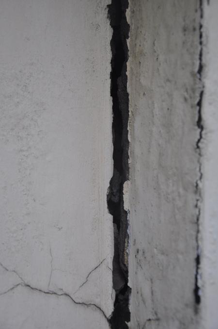 Những vết nứt kéo dài gây nguy hiểm cho người dân