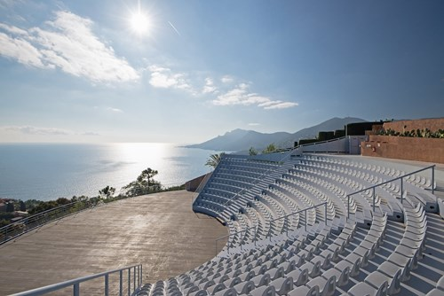Dinh thự còn đặc biệt ấn tượng bởi có cả một khu vực sân khấuvới sức chứa lên đến 500 người, để tổ chức các sự kiện hoặc các buổi hòa nhạc
