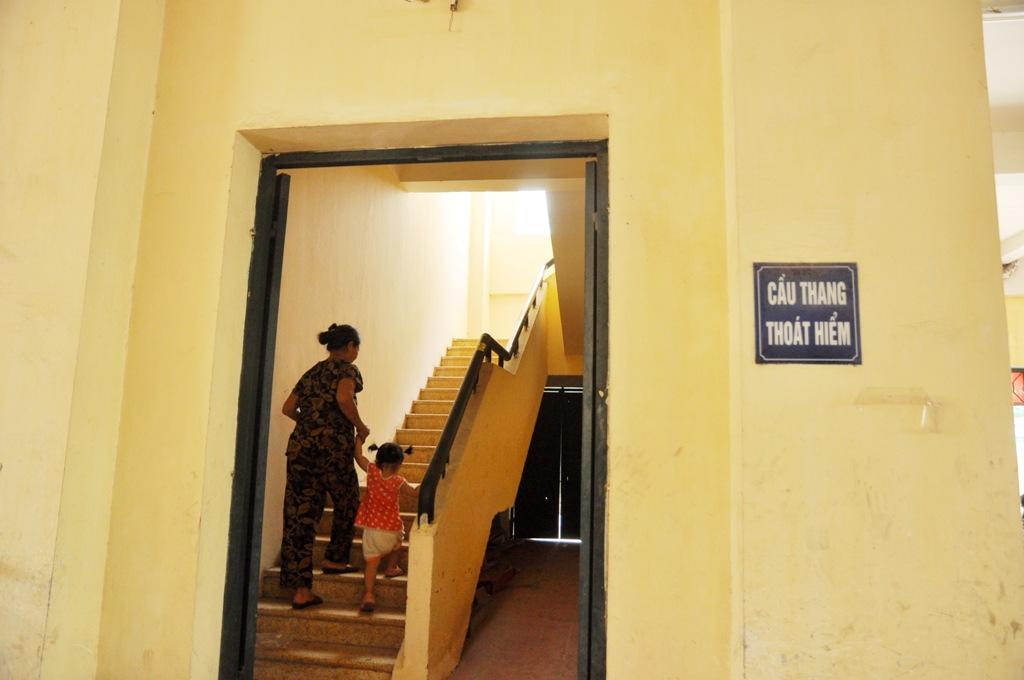 Cầu thang thoát hiểm thành lối đi hàng ngày của người dân.
