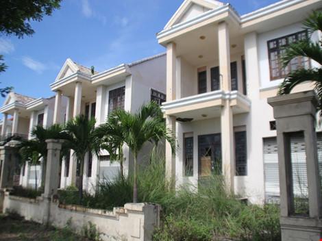 Những biệt thự được đổ tiền xây dựng để phục vụ chuyên gia giờ giao cho doanh nghiệp trở nên hoang tàn, không có người sử dụng.