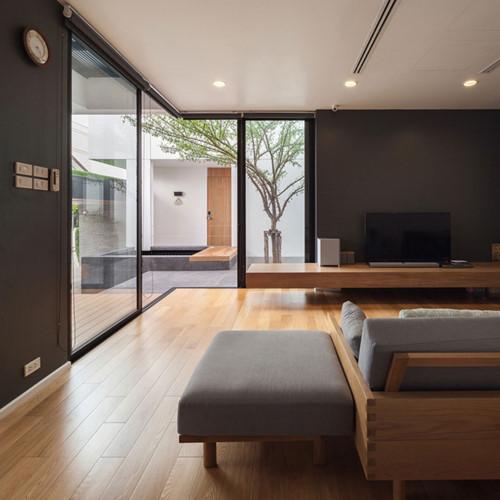 Không gian tiếp khách tuyệt vời với tầm nhìn hướng ra khoảng sân chung của hai căn nhà.