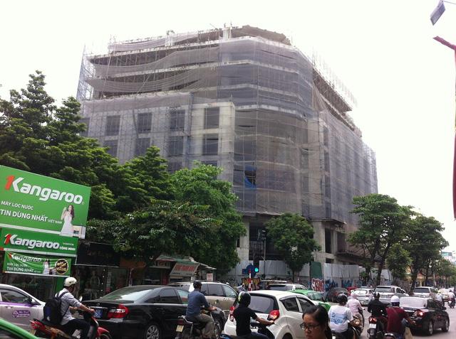 Phố Lê Duẩn - Nguyễn Thái Học luôn tấp nập xe cộ và khách du lịch quốc tế đi lại.